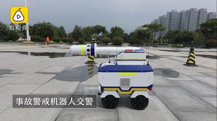 Robot cảnh báo tai nạn có nhiệm vụ giúp duy trì trật tự tại địa điểm xảy ra tai nạn giao thông.(Ảnh: Nextshark)
