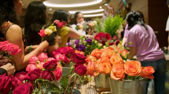 Rất nhiều hoa tươi được đặt ở cửa khách sạn.