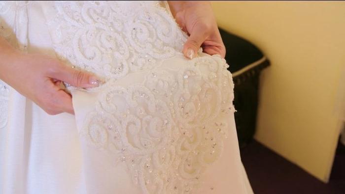 Cận cảnh chiếc váy cưới đính 2.000 viên pha lê Swarovski của Gloria.