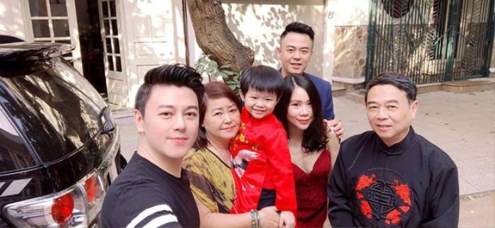 Phan Anh bên bố mẹ và gia đình nhỏ của Tuấn Tú.