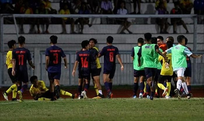 Cầu thủ Thái Lan và Malaysia đánh nhau ở chung kết U15 Đông Nam Á.Ảnh:Siam Sport