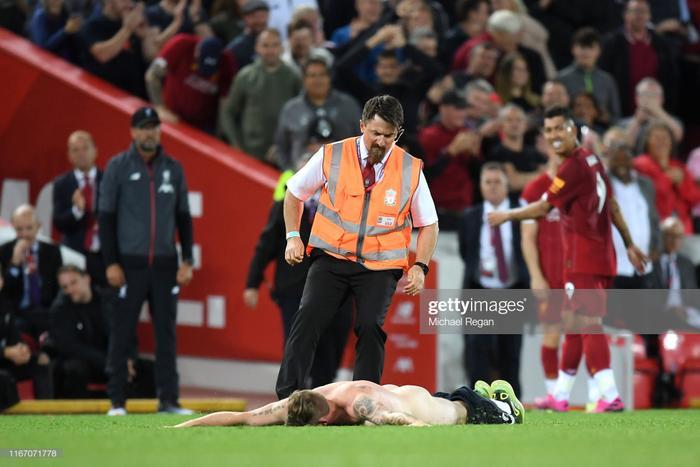 """Trước khi bị bắt, anh chàng cũng tranh thủ nằm """"tận hưởng"""" mặt cỏ Alfiel. Theo thông tin từ báo giới Anh, người đàn ông này có tên là Tom và là một fan cuồng của CLB Liverpool."""