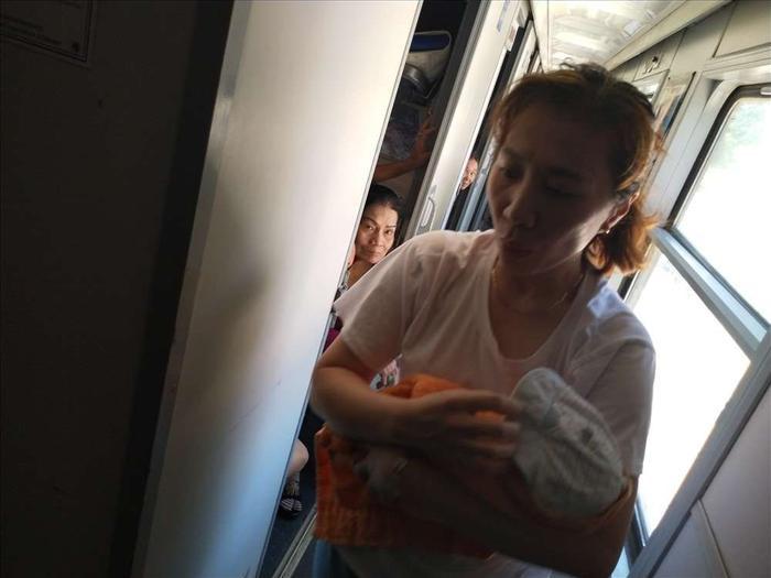 Đưa bé được sinh trên toa lúc tàu đang di chuyển. Ảnh: báo Lao Động