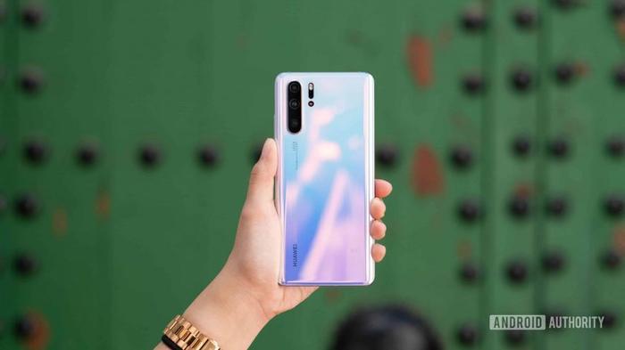 2. Huawei P30 Pro (56 phút): Huawei P30 Pro không chỉ là một trong những chiếc điện thoại chạy Android tốt nhất mà còn là một trong những chiếc điện thoại thoại sạc pin nhanh nhất. Nó cũng được trang bị công nghệ 40W Max SuperCharge nhưng sạc chậm hơn so với Honor Magic 2 do có pin viên lớn hơn (4.200 mAh).