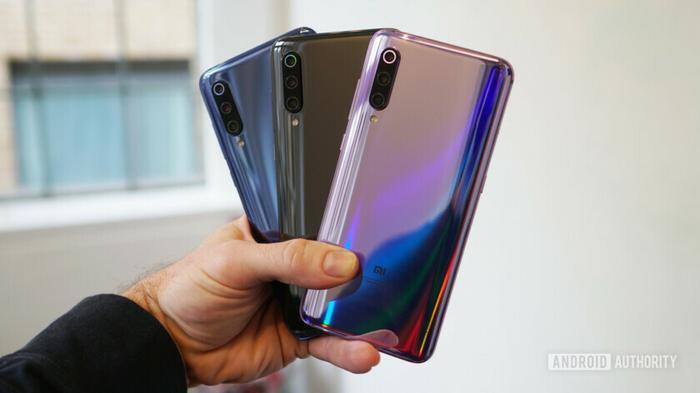 3. Xiaomi Mi 9 (58 phút): Xiaomi Mi 9 không phải một thiết bị có dung lượng viên pin quá lớn (dừng lại ở 3.300 mAh). Tuy nhiên, kích thước viên pin nhỏ cùng với đó là công nghệ sạc nhanh 27W lại khiến chiếc điện thoại này gây sự ấn tượng ở khả năng sạc pin nhanh. Dù vậy, bạn sẽ phải trả thêm tiền để có thể tận hưởng được đặc quyền này bởi sạc đi kèm bên trong hộp máy chỉ là 18W.