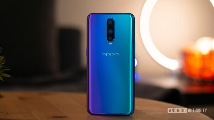 5. OPPO R17 Pro (69 phút): OPPO R17 Pro với 69 phút để sạc đầy hai viên pin 1.850 mAh đứng 5 trong danh sách được AndroidAuthority đưa ra. Chiếc điện thoại này sử dụng công nghệ sạc nhanh 50W SuperVOOC Flash Charging.