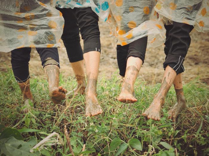 Không ngại khoe những đôi bàn chân vừa lội bùn