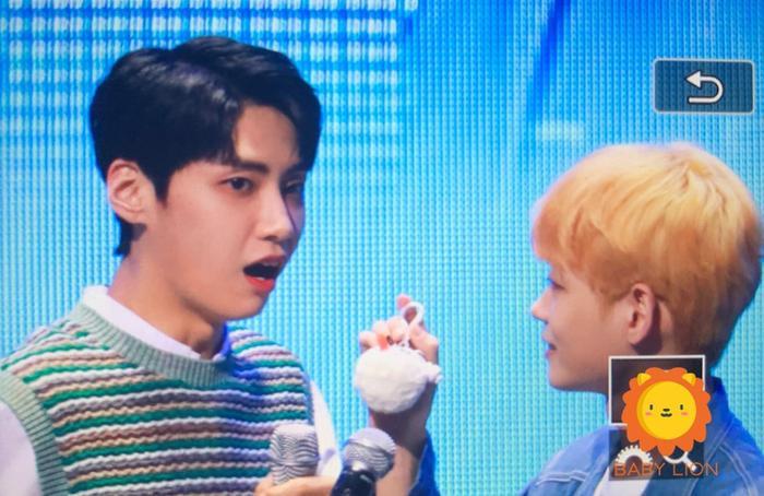 Lee Se Jin tặng móc khóa handmade hình thú nhồi bông cho Jin Hyuk,
