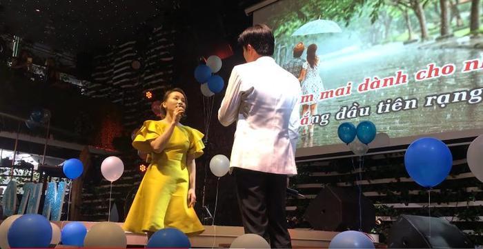 Cả hai có màn kết hợp ăn ý như hai ca sĩ chuyên nghiệp trên sân khấu làm người hâm mộ thoả mãn.