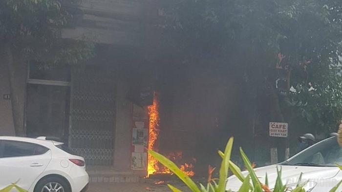 Ngôi nhà 2 tầng ở số 43 đường Duy Tân (Đà Nẵng) bốc cháy dữ dội sau tiếng nổ lớn. Ảnh: Báo Giao thông