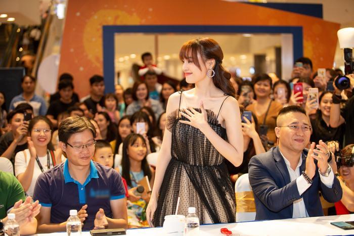 … thì bỗng bất ngờ được Phạm Quỳnh Anh mời lên sân khấu.