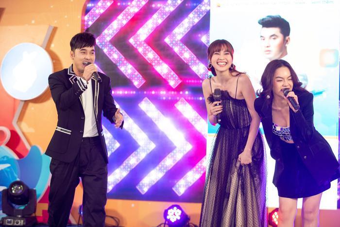 Cô nàng tỏ ra rất phấn khích khi được hát cùng Ưng Hoàng Phúc - Phạm Quỳnh Anh.