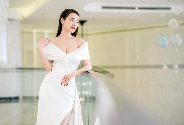 Xuất hiện tại một sự kiện mới đây, Nhã Phương nhanh chóng trở thành tâm điểm khi khoe dáng trong chiếc váy xẻ cao, có phần vai trễ nải.