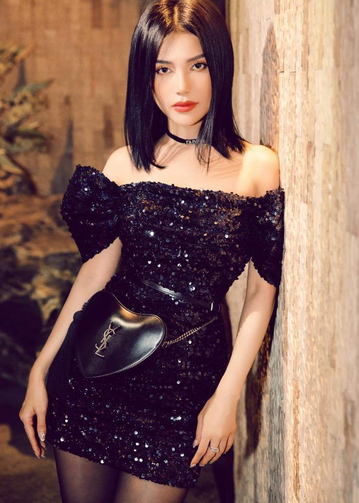 Không sở hữu đôi chân dài miên man nhưng Sĩ Thanh vẫn biết cách khiến khán giả bị thu hút khi chọn cho mình chiếc váy ngắn quyến rũ, đính sequin lấp lánh này.