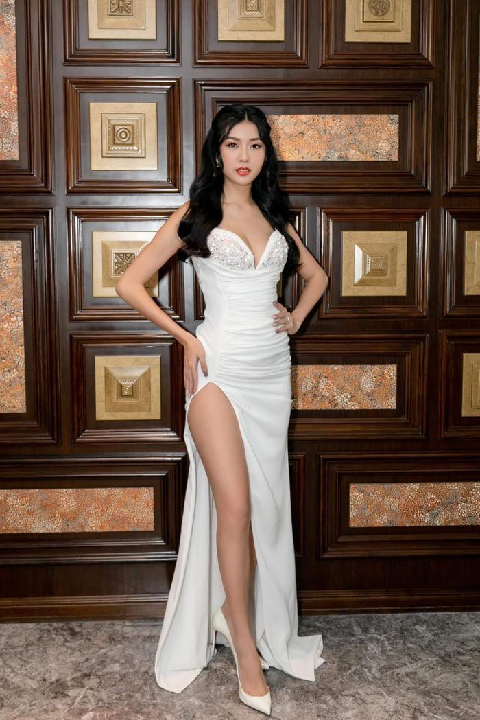 Thúy Vân hóa nữ thần cùng váy trắng có những đường cắt cao hiểm hóc, mái tóc cũng được làm xoăn, tạo kiểu phù hợp.