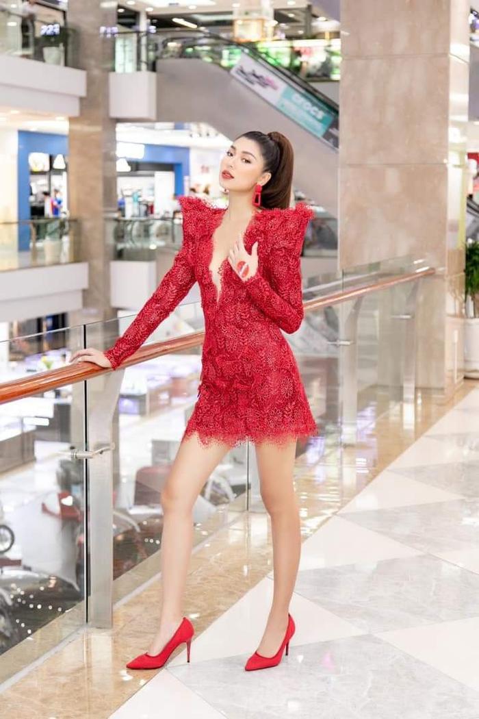 Đồng Ánh Quỳnh hóa san hô đỏ rực rỡ cùng bộ váy xẻ sâu, đính kết ren cầu kỳ.