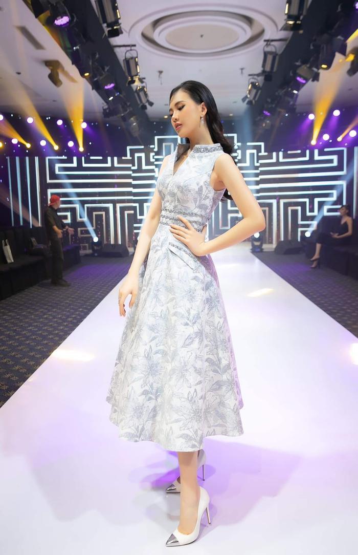 Quỳnh Hoa lại tiếp tục thu hút công chúng với vẻ dịu dàng, nhẹ nhàng nền nã của mình.