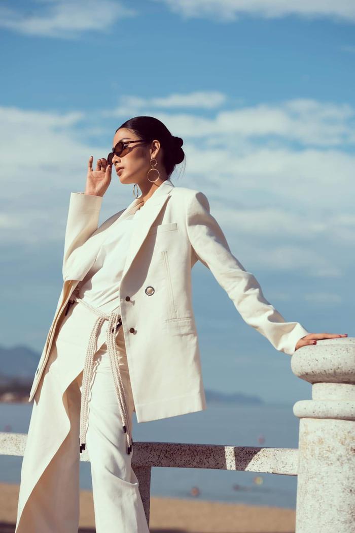 Hoàng Thùy cũng là một trong những người đẹp đứng đầu bảng xếp hạng sao đẹp tuần qua, cô chọn cho mình bộ vest của Lâm Gia Khang để nêu bật cá tính.