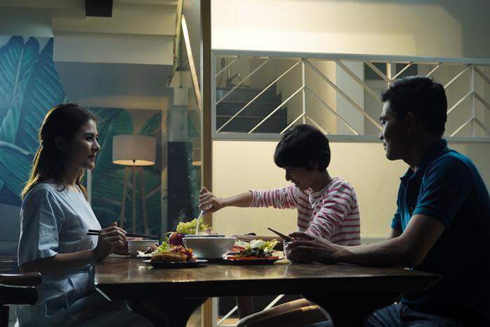 Những hình ảnh tình cảm đầy ngọt ngào của một gia đình được Hồ Quang Hiếu truyền tải vào trong MV.