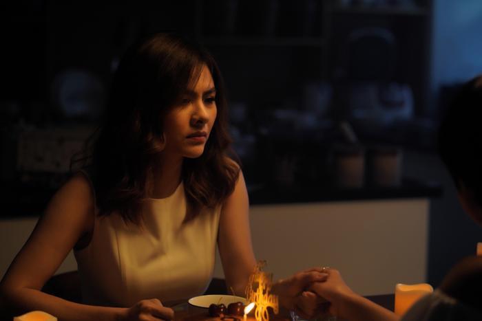 Diễn viên Vân Trang cũng nghẹn ngào khi thể hiện vai người mẹ trong ca khúc lần này với vai diễn mô tả về tình mẹ để giúp cho tuyến nhân vật nữ chính đẩy mạnh cảm xúc về gia đình là khung hình đắt giá nhất khi cùng con ngồi nhớ về người cha đã đi xa.