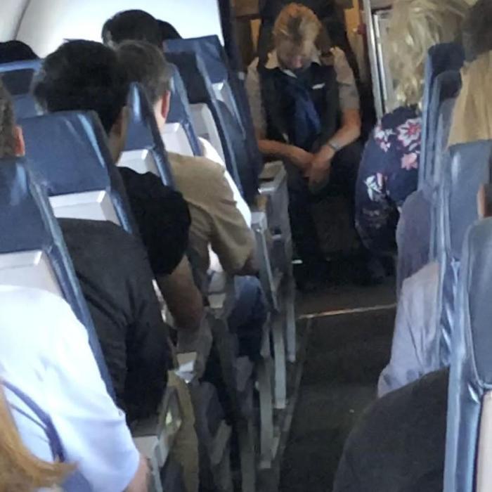 Thậm chí, một nữ hành khách đã phải cài dây an toàn giúp Julianne March. Ảnh: MBC Chicago.