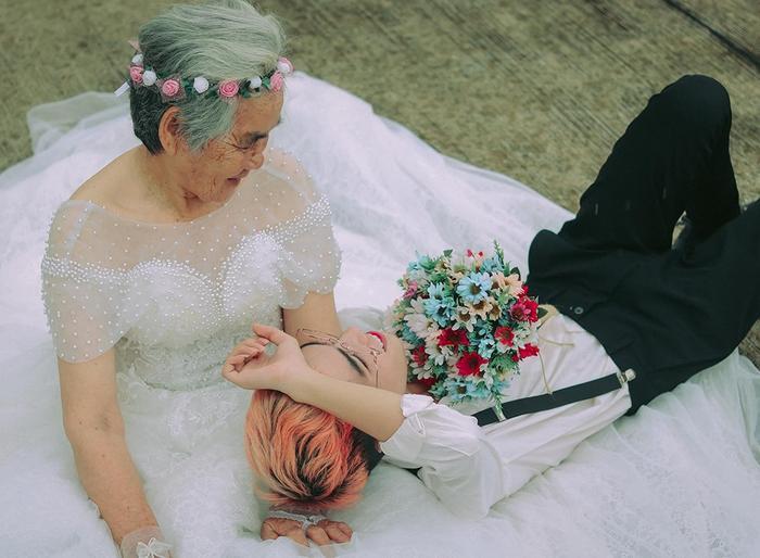 Xúc động bộ ảnh cưới bà nội  cháu trai: Đời người con gái đẹp nhất là khi khoác lên mình bộ váy cưới ảnh 0