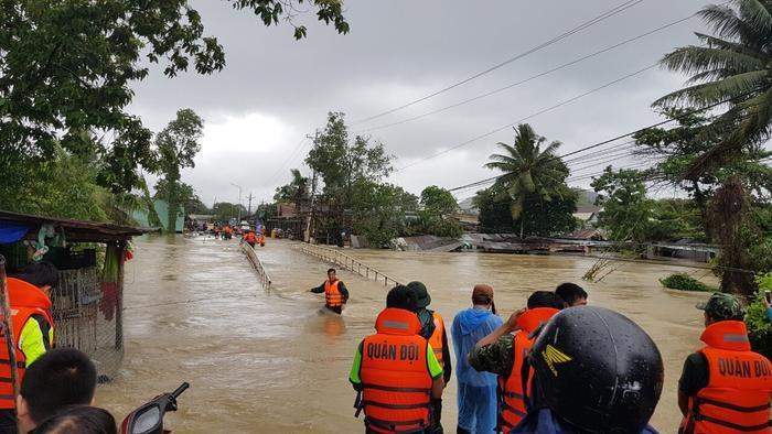 Lực lượng quân đội túc trực cứu hộ tại khu vực xung yếu, ngập nặng trên đảo Phú Quốc. Ảnh: báo Đại Đoàn Kết