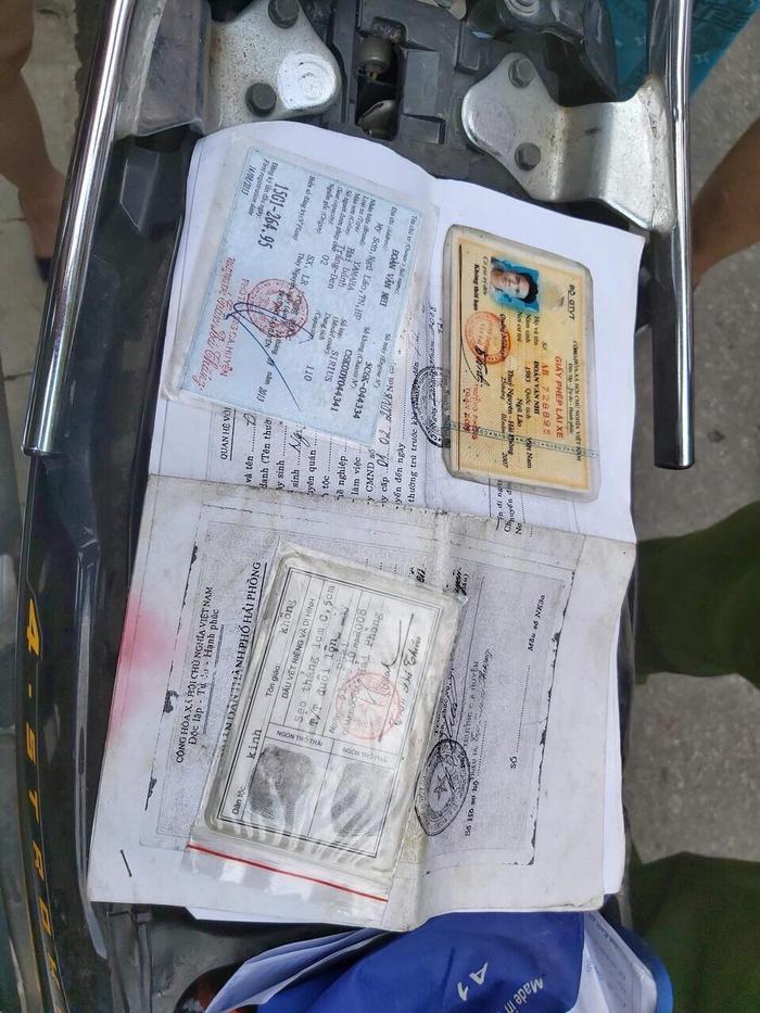 Giấy tờ tùy thân được tìm thấy bên trong cốp xe nạn nhân để lại.