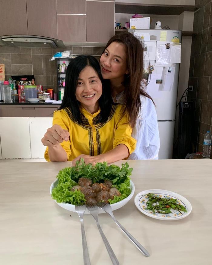 Trên trang cá nhân của Baifern nữ diễn viên hay chia sẻ ảnh chụp chung cùng mẹ