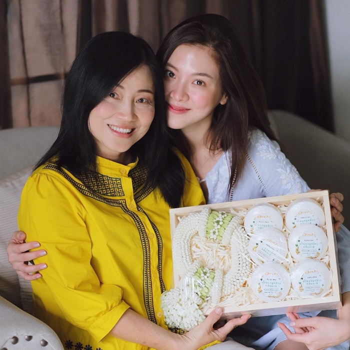 Tấm ảnh chụp cùng mẹ của Baifern khiến ai cũng lầm tưởng cô đang ngồi cạnh chị gái của mình