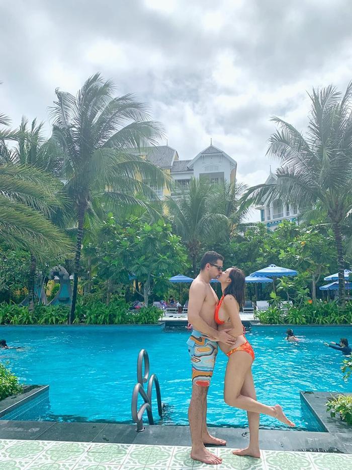 Hai vợ chồng cònkhiến mọi người thích thú khi dành cho nhau nụ hôn ngọt ngào bên hồ bơi