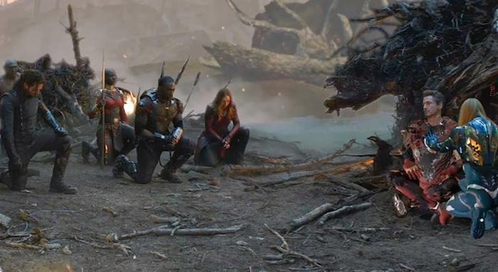 Cảnh các siêu anh hùng quỳ gối trước thi thể Iron Man.