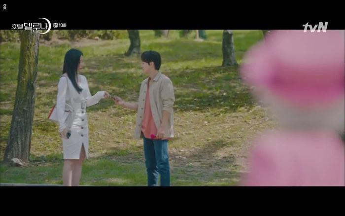 Phim Hotel Del Luna tập 10: Yeo Jin Goo vừa được phục chức hoa thần đã nở báo hiệu cái chết cận kề của IU? ảnh 28