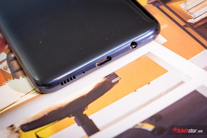 Samsung Galaxy M30 vẫn có jack cắm tai nghe 3,5 mm cùng với đó là cổng sạc USB Type-C.
