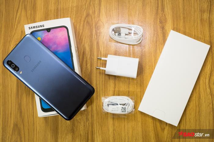 Bên trong hộp máy, ngoài chiếc Samsung Galaxy M30, người dùng còn có thêm sách dẫn sử dụng, tai nghe, cáp sạc và cục sạc.