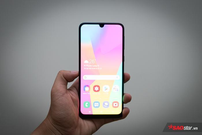"""Samsung Galaxy M30 về cơ bản có thiết kế hiện đại và trẻ trung với viền màn hình siêu mỏng cùng với đó là thiết kế """"giọt nước"""" để bố trí cụm camera trước. Máy có thân máy nguyên khối cùng mặt lưng cấu thành từ nhựa. Tuy nhiên, cũng khó có thể yêu cầu được nhiều hơn từ một chiếc máy phân khúc này, nhất là khi Samsung đã hào phóng trang bị cho máy nhiều điểm nhấn khác về thông số."""