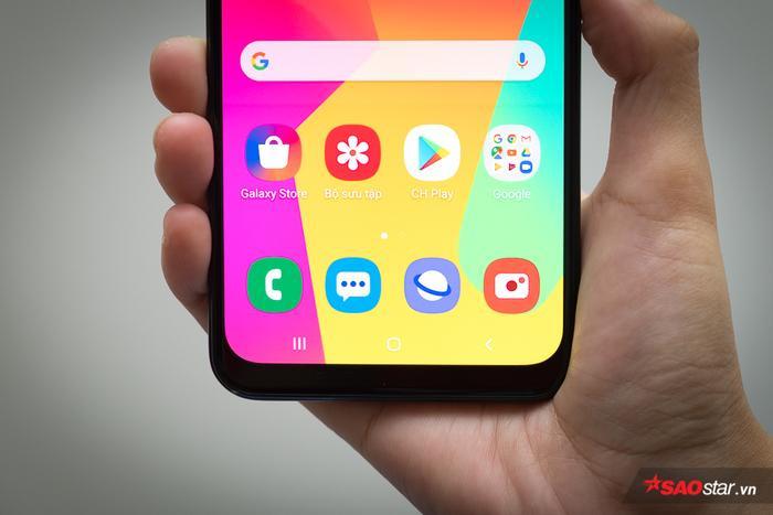 Samsung Galaxy M30 được trang bị màn hình 6,4 inch độ phân giải Full HD cùng công nghệ Super AMOLED đặc trưng của ông lớn công nghệ Hàn Quốc. Trải nghiệm thực tế cho thấy máy có khả năng hiển thị ổn so với mặt bằng chung trong tầm giá, kể cả trong điều kiện ánh sáng mạnh. Tỉ lệ màn hình trên mặt trước của chiếc máy lên tới 84%.