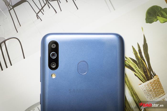 """Cụm camera sau trên chiếc M30 cũng """"vô địch"""" trong tầm giá 5 triệu đồng khi có một ống kính tiêu chuẩn 13 MP khẩu độ f/1.9, một ống kính siêu rộng (123 độ) 5 MP khẩu độ f/2.2 và một ống kính chiều sâu 5 MP khẩu độ f/2.2. Samsung Galaxy M30 có tính năng nhận diện cảnh thông minh và xoá phông tự nhiên Live Focus."""