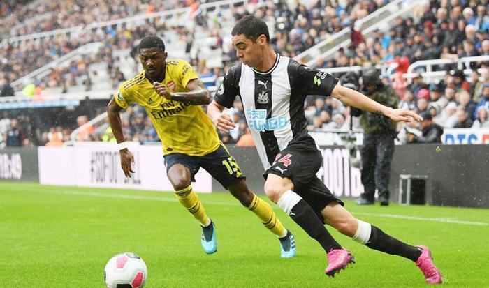 Thậm chí, nếu may mắn hơn, Newcastle đã có thể vươn lên dẫn trước sau pha dứt điểm dội cột dọc từ Shelvey.