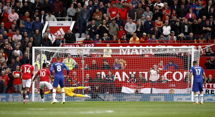 Rashford thực hiện thành công quả phạt đền mở tỉ số trận đấu.