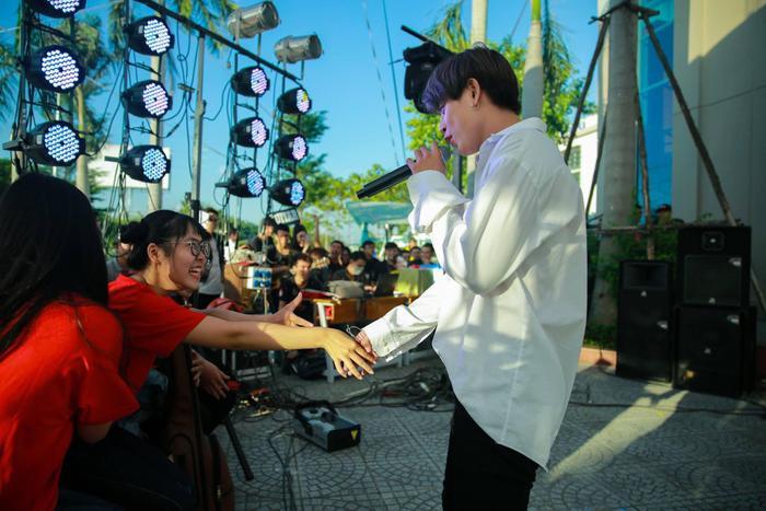 Trùng Dương đam mê ca hát và quyết tâm theo đuổi sự nghiệp dù gặp nhiều khó khăn (Ảnh: NVCC)