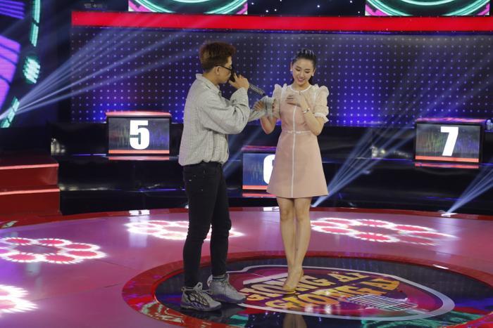 Trùng Dương song ca tình tứ cùng Hari Won trong gameshow mới đây (Ảnh: NVCC)