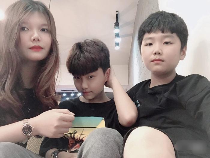 Kim Jea Bin bên cạnh chị gái và anh trai của mình.
