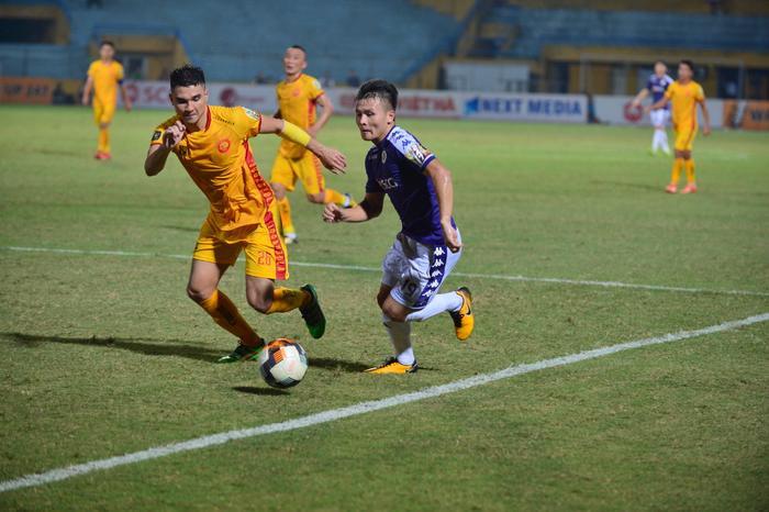 Tạm gạt đi nỗi đau mất người thân, Quang Hải tập trung tối đa cho trận đấu. Anh góp công vào 3 bàn thắng của Hà Nội FC bằng những đường kiến tạo đẹp mắt.