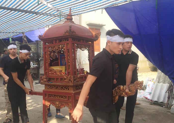 Cầu thủ Quang Hải lặng lẽ trong đám tang ông nội.