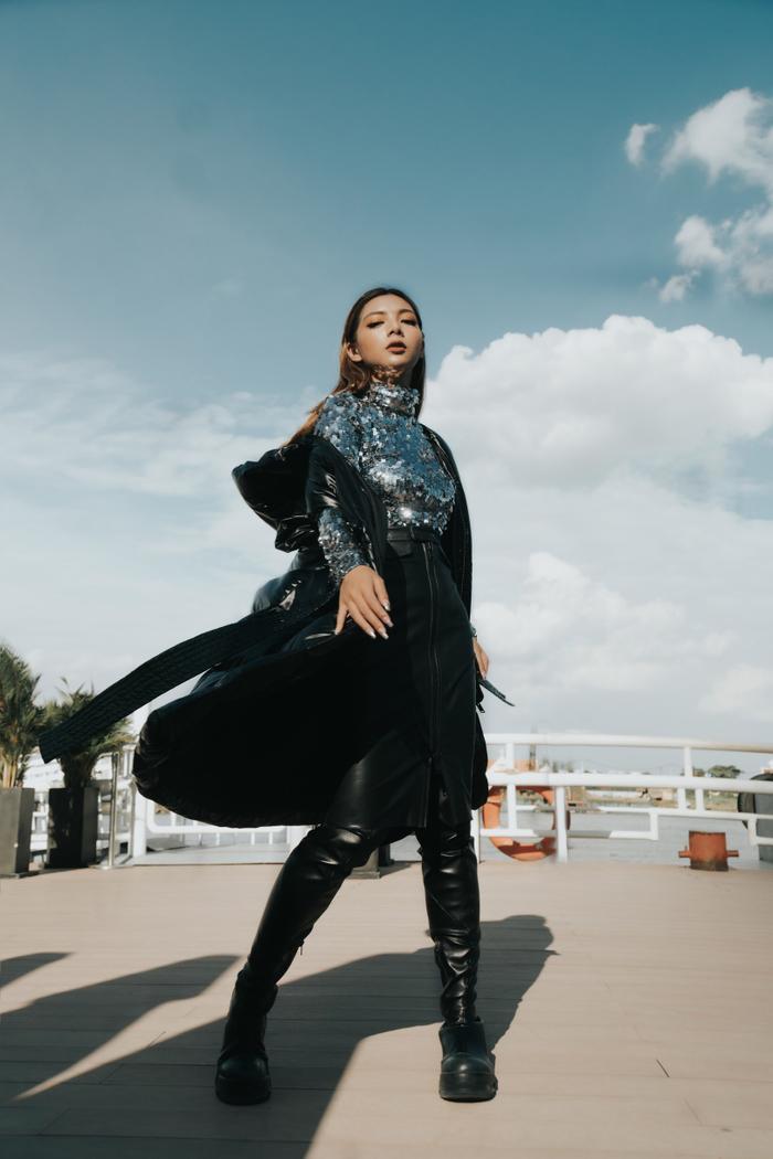 Katleen Phan Võ diện áo phao to sụ, pose dáng điên đảo giữa trời nắng gắt ảnh 7