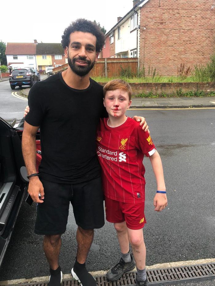 Salah trực tiếp đến thăm CĐV nhí gặp sự cố.