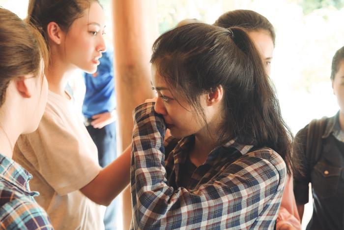 Hoàn cảnh khó khăn của những người dân vùng lũ khiến Kiều Loan không kìm được nước mắt.