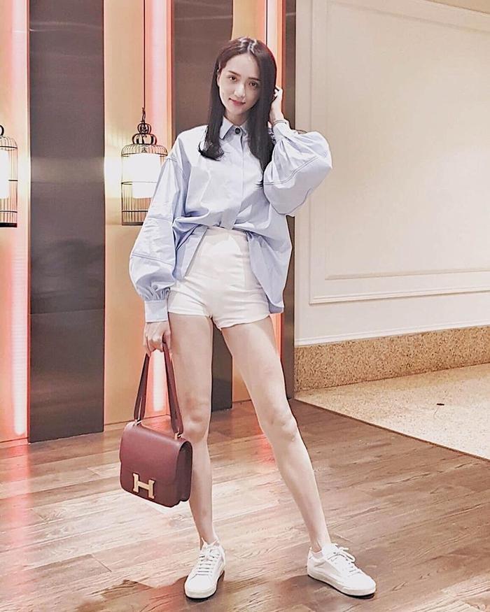 Bộ cánh đơn giản nhưng khoe được đôi chân thon dài của Hương Giang, đồng thời tạo nên vẻ năng động, tươi tắn cho người đẹp.