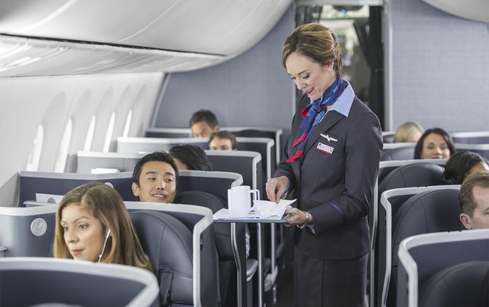 Tiếp viên hàng không nào cũng luôn cố gắng hết sức để làm bạn hài lòng bạn. (Ảnh: Getty Images)
